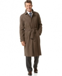 A traditional, expertly tailored raincoat in soft polyester microfiber. Concealed placket with button-down closure and adjustable belt. Adjustable button closure cuffs. Zip-out quilted lining with two inside pockets that communicate with exerior pockets.